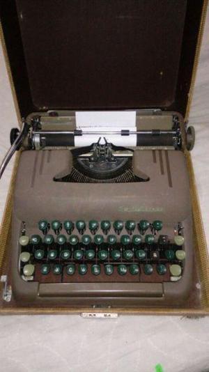 Antigua maquina de escribir funcionando
