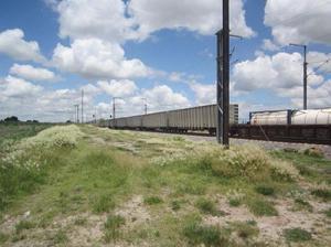 Terreno de 7 hectáreas planas sobre vía de tren