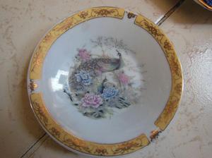 Lote de tres platos con figuras de aves fabricados en