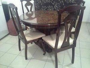 Comedor redondo de 4 sillas, consta de una vitrina con
