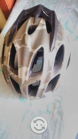 Casco bicicleta muy bueno camuflaje