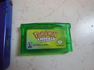 Juego para gameboy advance pokemon emerald. se encuentra