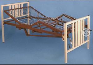 Cama hospitalaria con colchón y barandal laterales