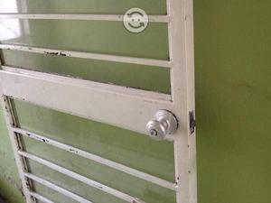 Puerta fierro clasf for Puertas de metal con vidrio