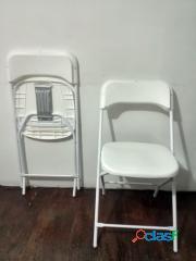 Silla plegable con asiento y respaldo plástico color blanca.