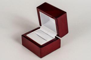 Caja de anillo de compromiso hecha de manera de nogal