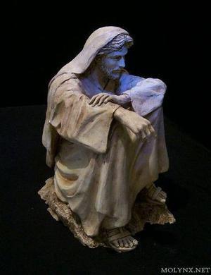 Figura escultura de jesus cristo meditando en el desierto