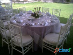 Elegantes mesas con sillas