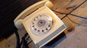 Teléfono antiguo de disco color café kaki