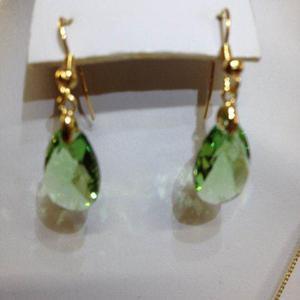 ce9d0ec67fcf Aretes gota cristal swarovsky verde c  chapa de oro