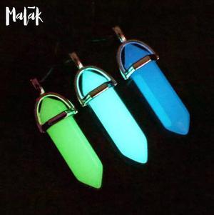 Collar con cristal luminiscente brilla en la oscuridad neon