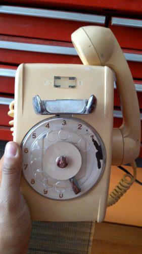 Teléfono antiguo de pared de disco funcionando