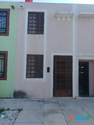 Casa de 2 plantas en renta sector santa rosa