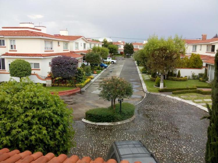 Casa con jardin tres recamaras cada una con baño en zona