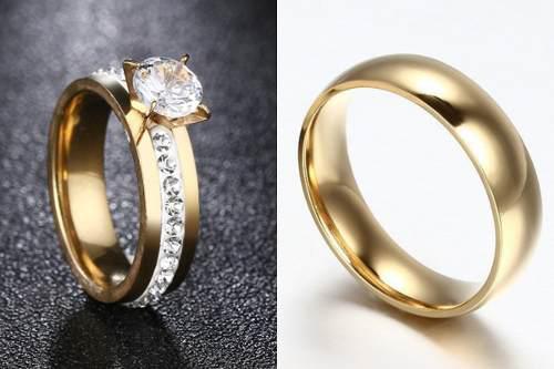 Par de anillos compromiso dorados de acero inoxidable
