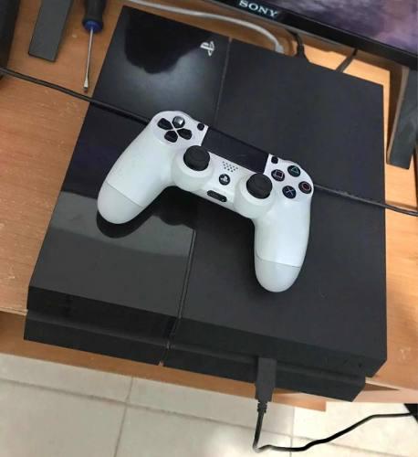 Ps4 con juegos y un control