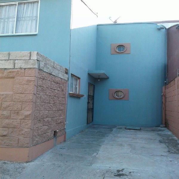 Casa de 2 plantas, 3 recamaras; patio atrás muy amplio
