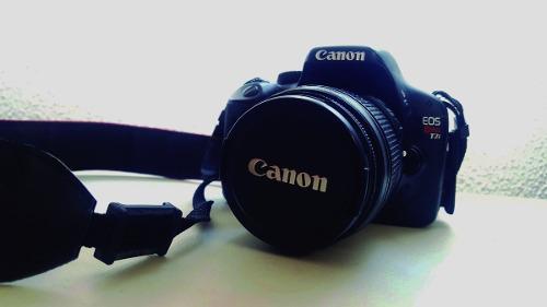 Cámara canon eos rebel t2i con lente ef-s 18-55 mm