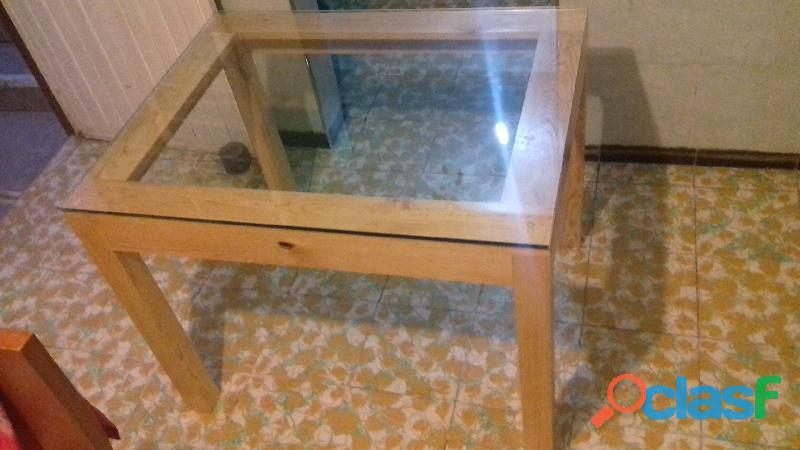 Mesa de madera con vidrio templado
