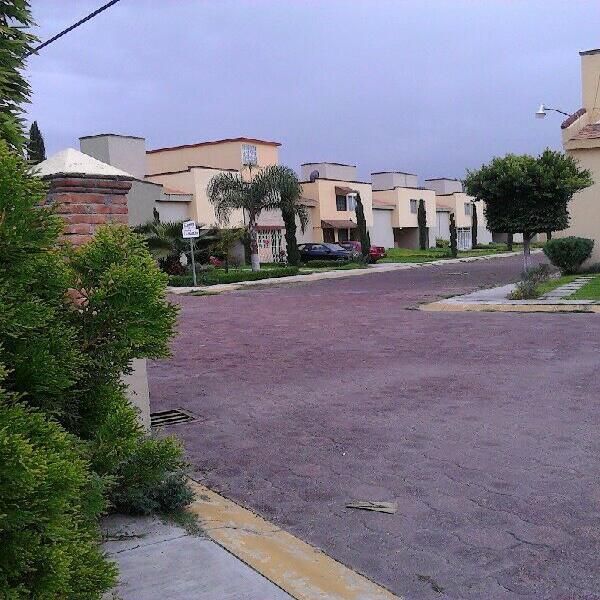 Rento casa en dos niveles, privada