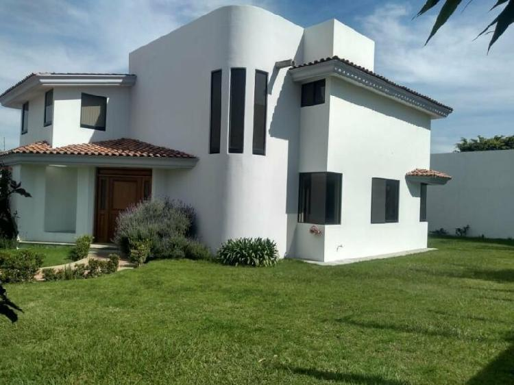 Renta hermosa casa amplia en fraccionamiento en zavaleta /