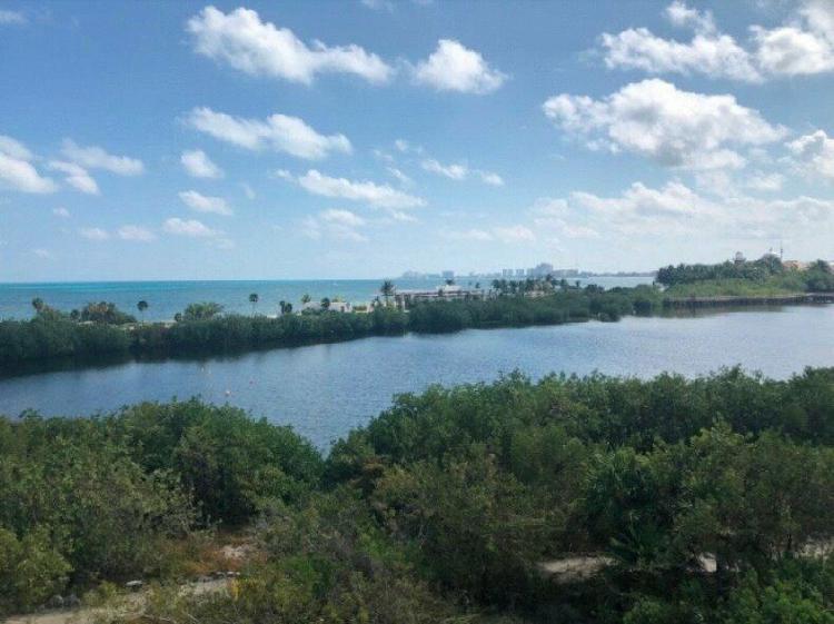 Terreno a la venta en puerto cancún, a un costado de la