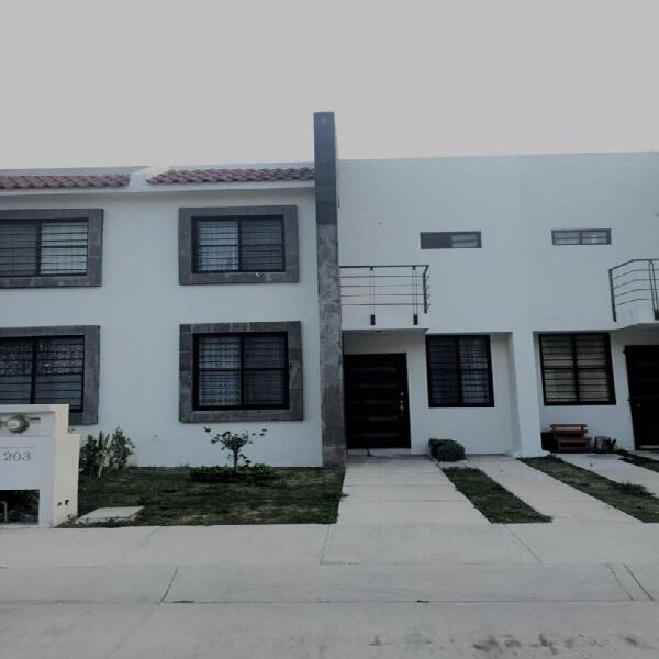 Renta casa en excelente ubicación fracc puerta grande!!!!!