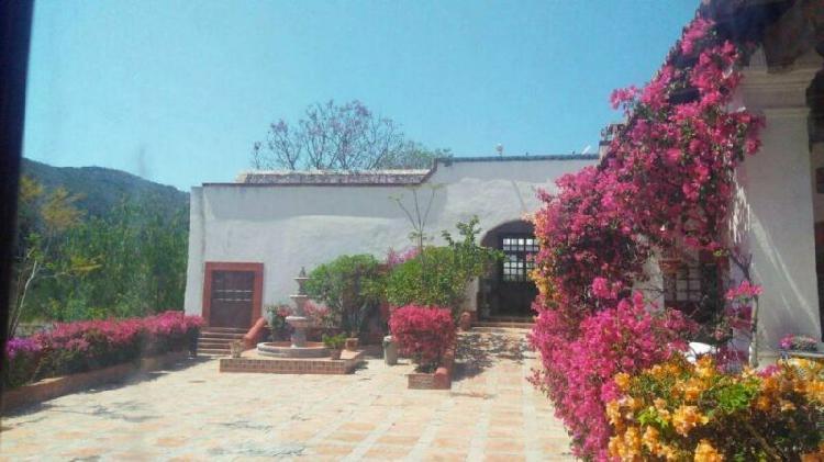 Rancho de 30 hectáreas con casco de hacienda y capilla