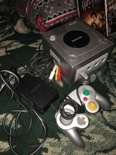 Game cube con un control y dos vídeo juegos