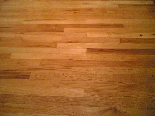 Pisos de madera y escaleras.