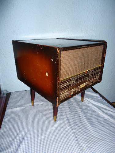 Antiguo radio de bulbos con tocadiscos años 60s