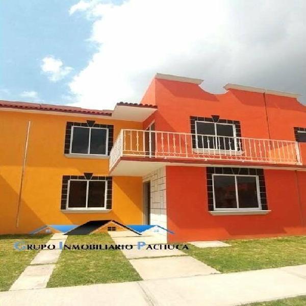 Casa hecha de ladrillo rojo, en privada a 5 min. de
