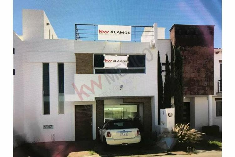 Casa en venta, con roof garden, 3 habitaciones y sala tv,
