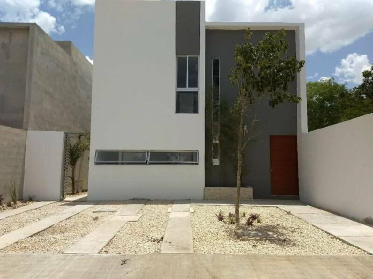Casa de dos pisos en residencial cholul 7