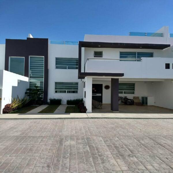 Hermosa y amplia residencia en privada con vigilancia 24