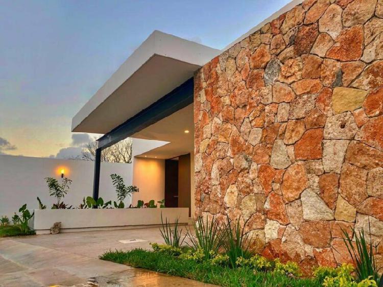Casa nueva con piscina a 3 minutos de altabrisa