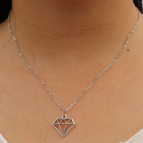 Collar Con Dije De Diamante Color Plateado A Precio Mayoreo