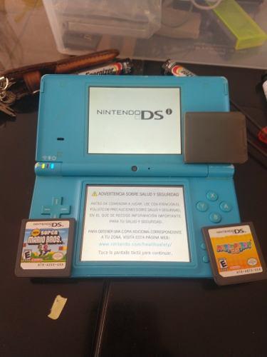 Nintendo dsi con dos juegos y un estuche para juegos