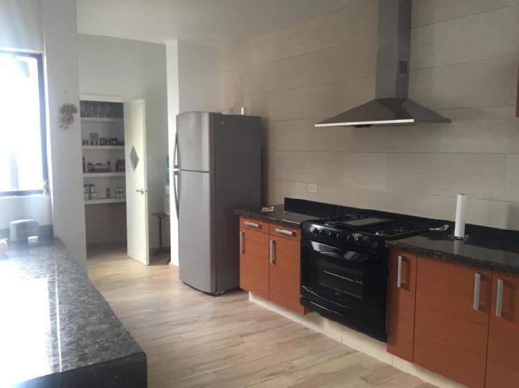 Rento excelente casa amueblada de un piso con cochera en el