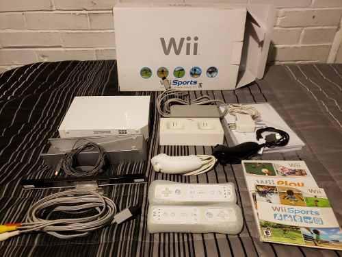 Nintendo wii en caja wii sports y play dos controles y base