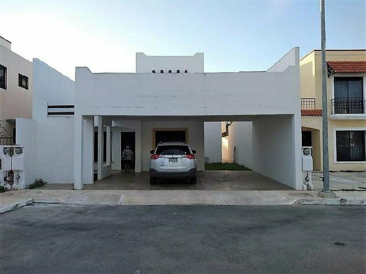 Casa en renta en merida con piscina, en privada residencial.