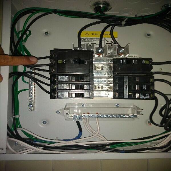 Electricista, ingeniero especialista instalación