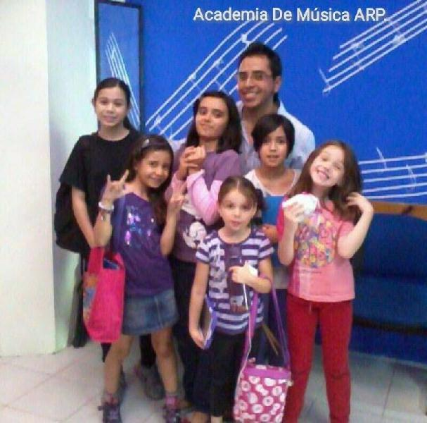 Academia de musica arp. guitarra, bajo, ukulele, batería,