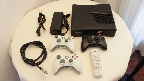 Xbox 360 slim (modelo s 1439) 11 juegos y 3 controles