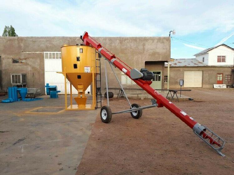 Mezclador vertical capacidad 2,000 kgs (aprox) y elevador de