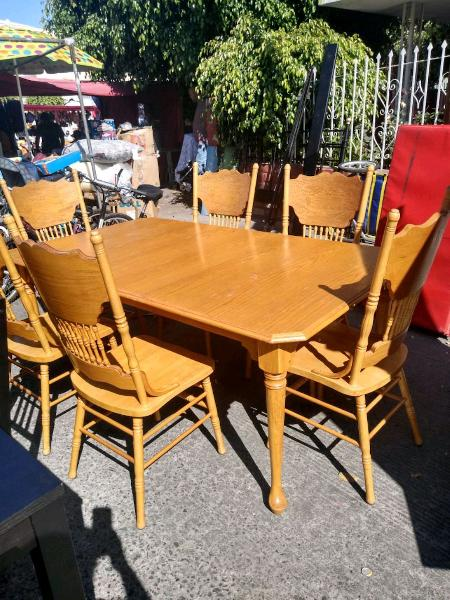 Comedor con seis sillas tiene dos extenciones.