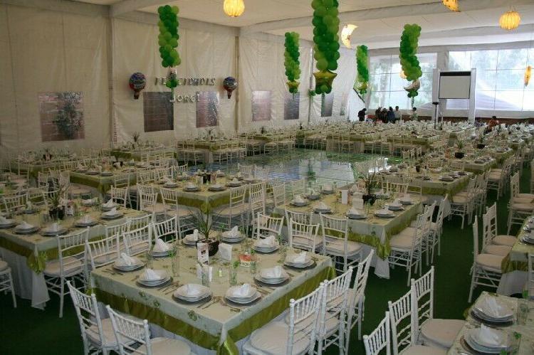 Mesas con mantelería y sillas para eventos