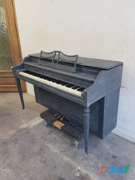Piano gris baldwin, tipo espineta.