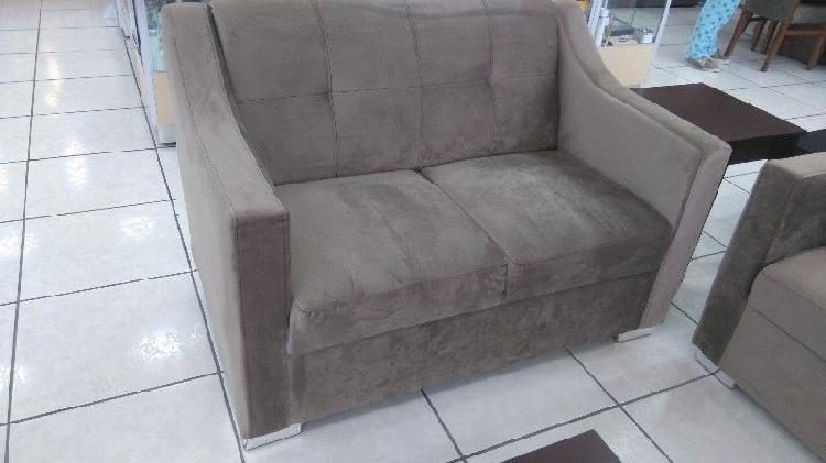 Love seat en terciopelo color café claro modelo 86994