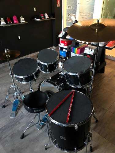Yamaha batería negra rydeen con platillos, atriles y banco